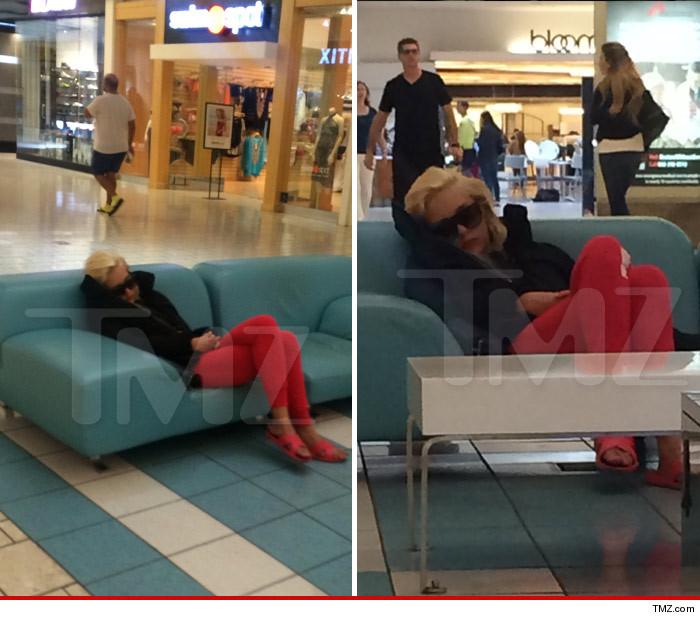 1106_amanda_bynes_sleeping_at_beverly_center