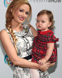 Holly Madison Brings Daughter Rainbow Aurora to See Santa!