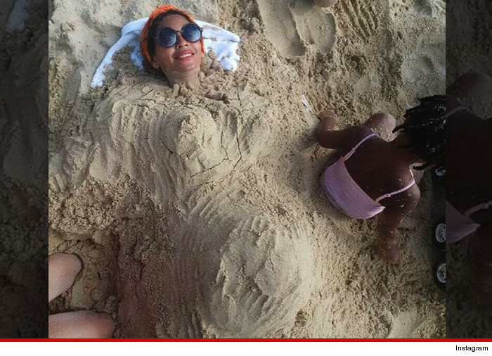 0111-beyonce-sand-body-pregnant-INSTAGRAM-01