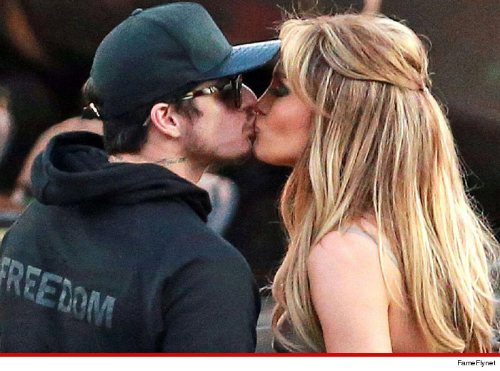 0326_casper_smart_jennifer_lopez_kissing_fameflynet