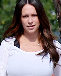 Pregnant Jennifer Love-Hewitt Goes Makeup-Free, Looks Ready to Pop!