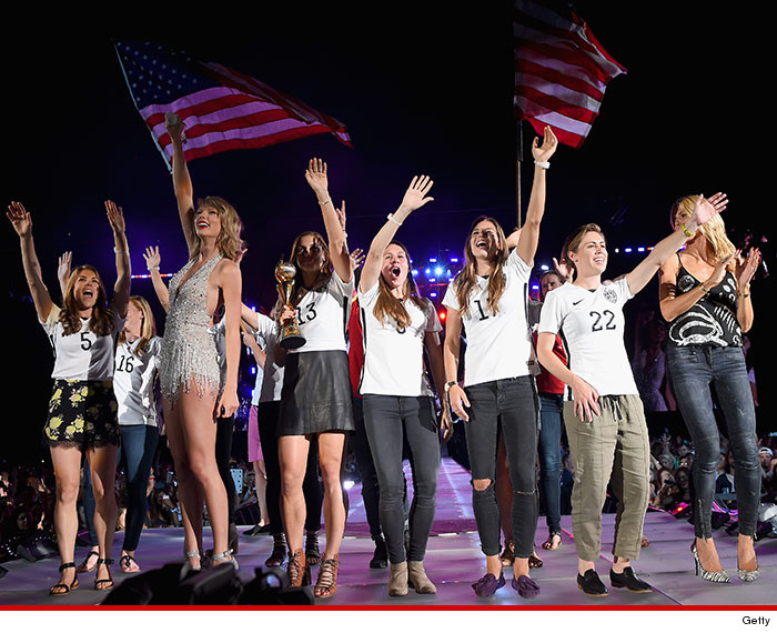0711-taylor-swift-us-womens-soccer-team-GETTY-01