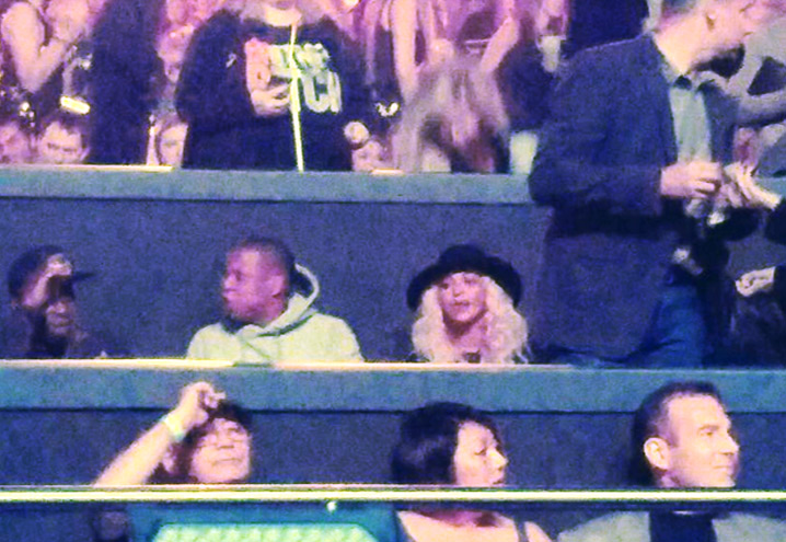 jay z and beyonce the queens collide at britney spears 39 show. Black Bedroom Furniture Sets. Home Design Ideas