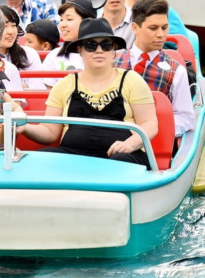 Pregnant Kelly Clarkson Goes to Disneyland
