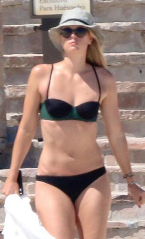 Maria Sharapova & Chelsea Handler -- Hangin' Beachfront