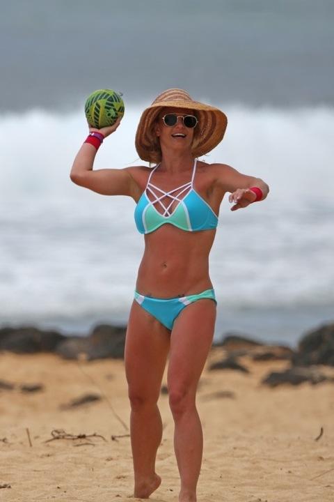 Britney Spears Britney-spears-bikini-beach-photos-11-480w-1