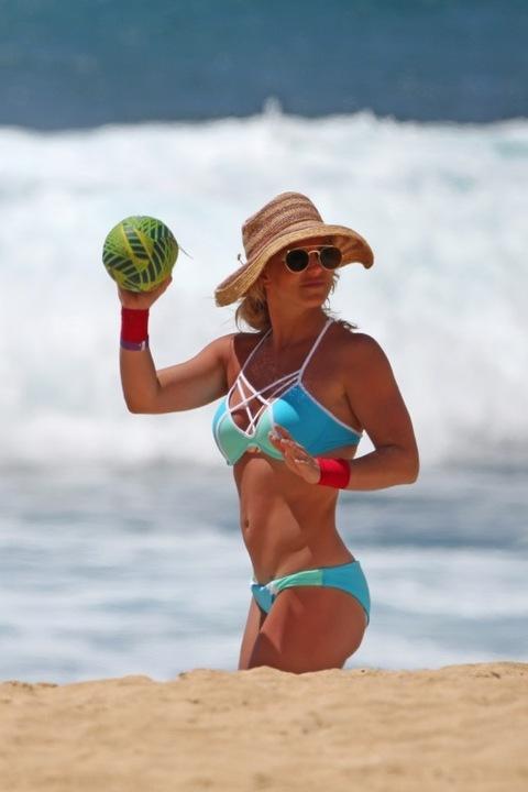 Britney Spears Britney-spears-bikini-beach-photos-13-480w-1