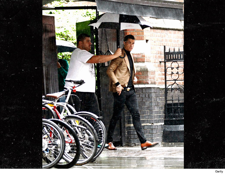 0510-cristiano-ronaldo-umbrella-holder-GETTY-01