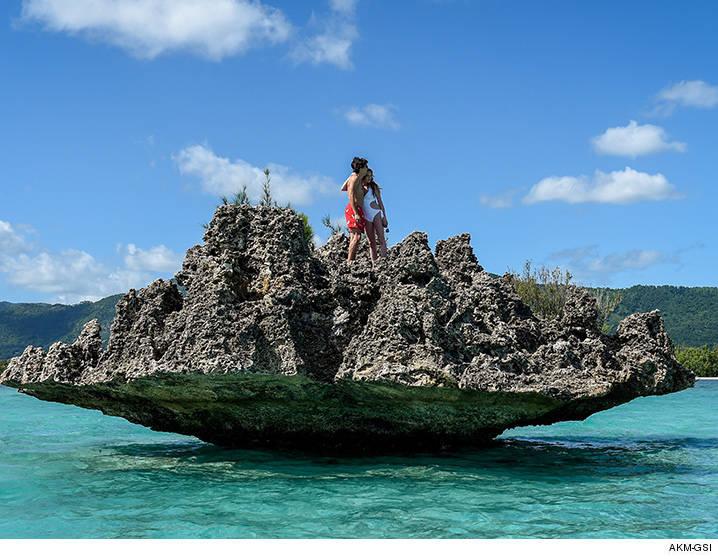 0622-lindsay-lohan-igor-mauritius-akm-02
