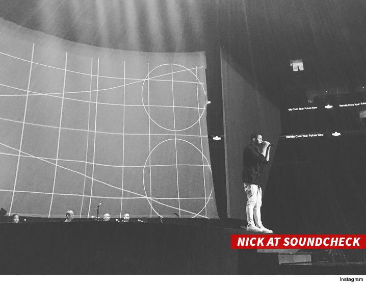0712_nick-at-soundcheck_sub_instagram