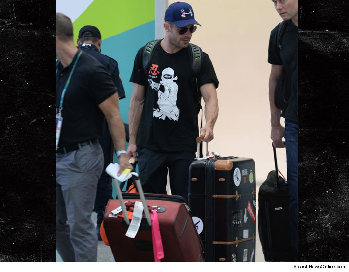 0816_zac_efron_airport_splash