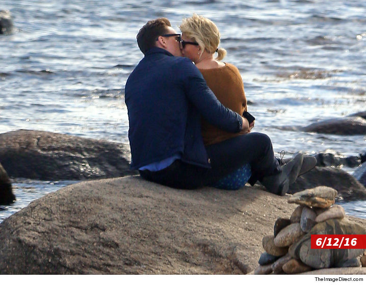 0907_taylor_swift_tom_hiddleston_kissing-TheImageDirect