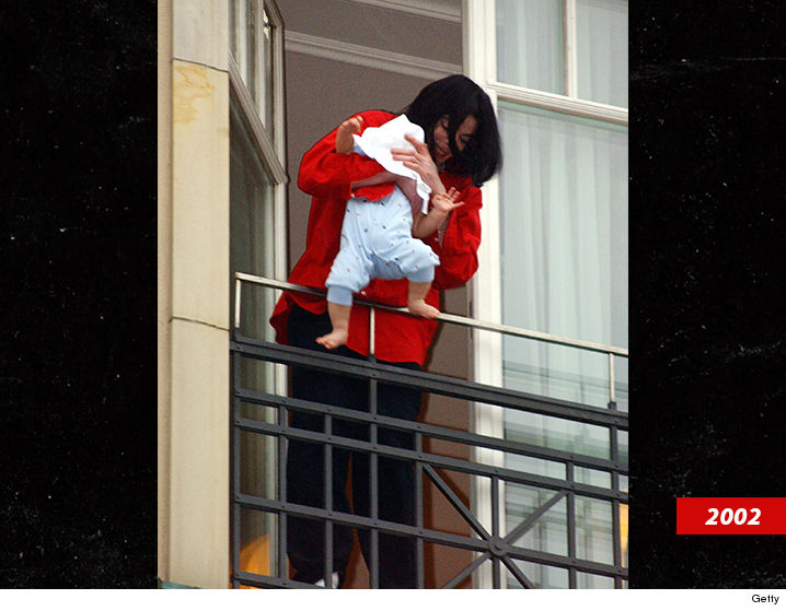 0919-michael-jackson-blanket-getty-02