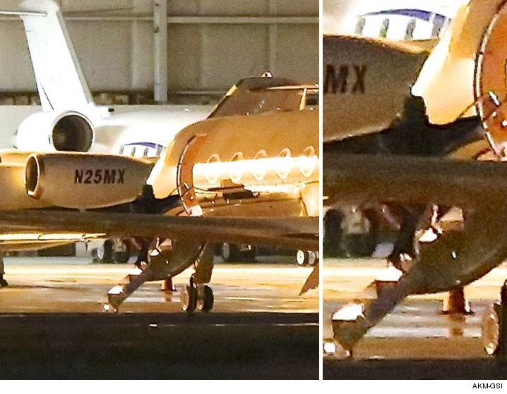 1121-kim-kardashian-kanye-leaving-private-jet-AKMGSI-01