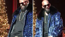 R. Kelly -- Fan Grabs Handful of Chestnuts During Xmas Concert