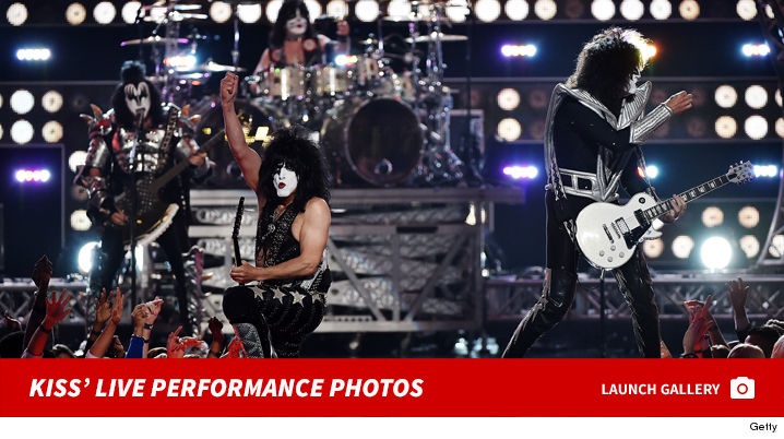 1222_kiss_live_performance_footer