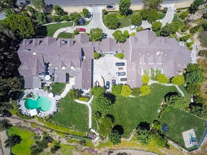 Jennifer lopez it 39 s official sells mansion for 9 9 for Jennifer lopez house address