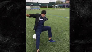 NEYMAR JUGGLING FAIL Soccer Star Falls On His Ass