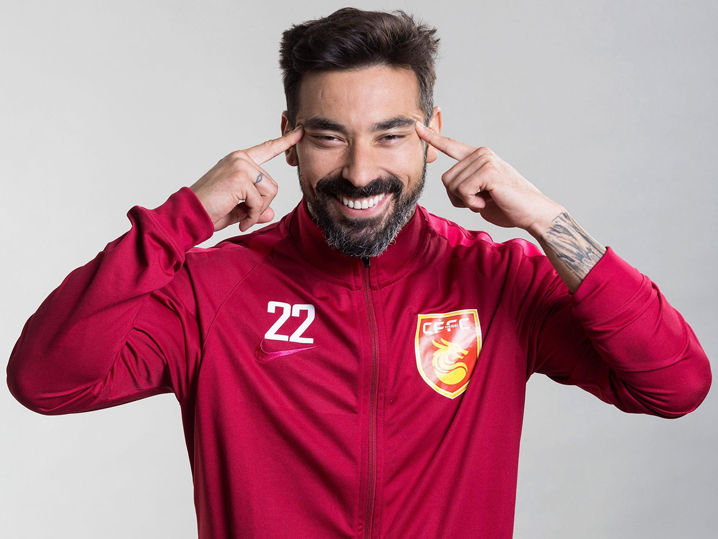 Soccer Star Ezequiel Lavezzi Strikes Racist Pose for Chinese Team Photo Shoot