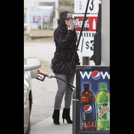 'Teen Mom' Jenelle Pumping Gas & Smoking -- Zoom!