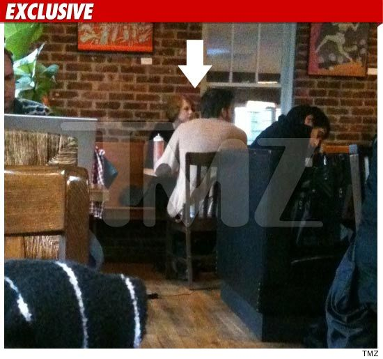jake gyllenhaal and taylor swift kissing - photo #19