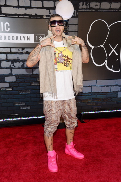 24c19f9051 Unsure of what to say about Riff Raff s look. I see that he is channeling  his own personal style. Though it is seen to be random